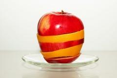 Apple σε ένα πιάτο Στοκ εικόνα με δικαίωμα ελεύθερης χρήσης
