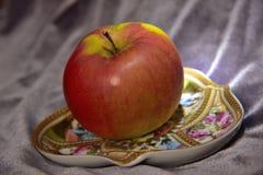 Apple σε ένα πιατάκι Στοκ εικόνα με δικαίωμα ελεύθερης χρήσης