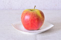 Apple σε ένα πιατάκι Στοκ Εικόνα