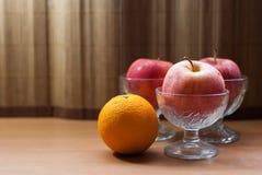 Apple σε ένα ποτήρι του παγωτού με το πορτοκάλι Στοκ εικόνες με δικαίωμα ελεύθερης χρήσης