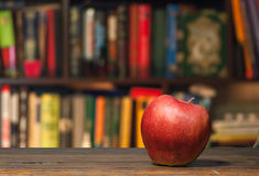 Apple σε μια βιβλιοθήκη Στοκ φωτογραφίες με δικαίωμα ελεύθερης χρήσης