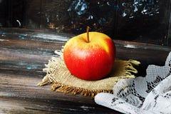 Apple σε μια μαύρη πετσέτα επιτραπέζιου λινού υποβάθρου ξύλινη Στοκ Φωτογραφίες
