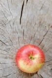 Apple σε μια ξύλινη επιφάνεια Στοκ φωτογραφία με δικαίωμα ελεύθερης χρήσης