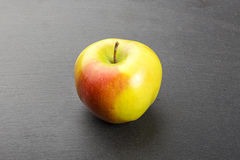 Apple σε μια πλάκα Στοκ εικόνες με δικαίωμα ελεύθερης χρήσης