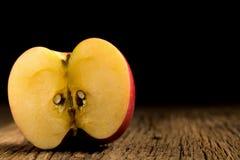 Apple σε ξύλινο Μαύρη ανασκόπηση Στοκ φωτογραφία με δικαίωμα ελεύθερης χρήσης