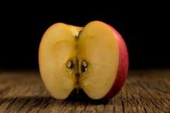Apple σε ξύλινο Μαύρη ανασκόπηση Στοκ Εικόνες