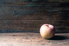 Apple σε ξύλινο Στοκ φωτογραφίες με δικαίωμα ελεύθερης χρήσης