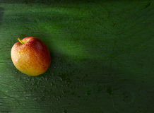 Apple σε πράσινο Στοκ Φωτογραφία