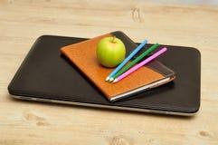 Apple, σημειωματάριο, μολύβια και lap-top Στοκ φωτογραφία με δικαίωμα ελεύθερης χρήσης