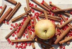 Apple, σπόροι ροδιών και κανέλα Στοκ Φωτογραφία