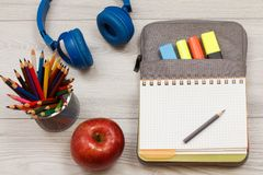 Apple, στάση μετάλλων για τα μολύβια με τα μολύβια χρώματος, ακουστικά, ο Στοκ Εικόνες