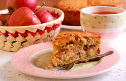Apple, σταφίδα κανέλας και κέικ καρυδιών Στοκ Εικόνα
