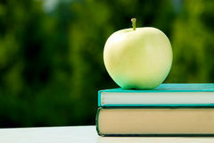 Apple στα βιβλία, πίσω στη σχολική έννοια Στοκ Φωτογραφίες