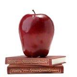 Apple στα βιβλία που απομονώνονται στο λευκό Στοκ φωτογραφία με δικαίωμα ελεύθερης χρήσης