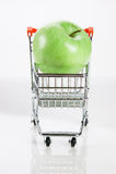 Apple στα κάρρα αγορών Στοκ φωτογραφίες με δικαίωμα ελεύθερης χρήσης