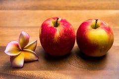 Apple στα ξύλινα υπόβαθρα Στοκ φωτογραφία με δικαίωμα ελεύθερης χρήσης
