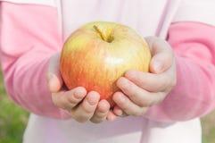 Apple στα χέρια των παιδιών Στοκ Εικόνες