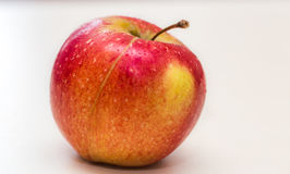 Apple στην άσπρη κινηματογράφηση σε πρώτο πλάνο υποβάθρου Στοκ Εικόνες