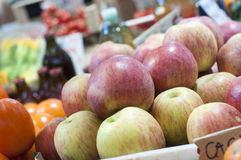 Apple στην αγορά αγροτών Στοκ εικόνα με δικαίωμα ελεύθερης χρήσης