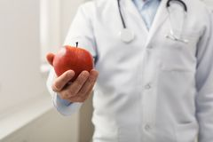 Apple στην κινηματογράφηση σε πρώτο πλάνο χεριών γιατρών ` s Στοκ εικόνα με δικαίωμα ελεύθερης χρήσης