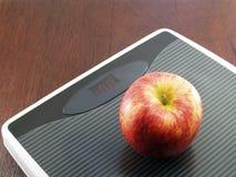 Apple στην κλίμακα βάρους, έννοια διατροφής Στοκ εικόνες με δικαίωμα ελεύθερης χρήσης