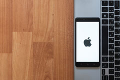 Apple στην οθόνη smartphone Στοκ Εικόνες