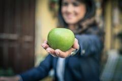 Apple στη διάθεση κλείστε επάνω Εστίαση στο μήλο Στοκ Εικόνες