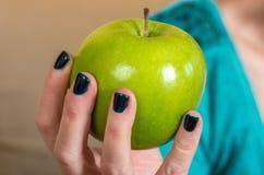 Apple στις άκρες δάχτυλων Στοκ Εικόνες