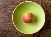 Apple στις πτώσεις νερού σε ένα πιάτο Στοκ Φωτογραφία
