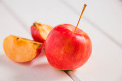 Apple στον άσπρο ξύλινο πίνακα Στοκ φωτογραφία με δικαίωμα ελεύθερης χρήσης