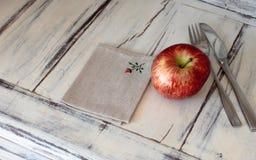 Apple στον αγροτικό πίνακα Στοκ φωτογραφία με δικαίωμα ελεύθερης χρήσης