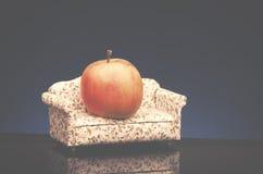 Apple στον καναπέ Στοκ Εικόνες