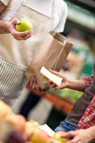 Apple στον κατάλογο στην αγορά τροφίμων Στοκ φωτογραφία με δικαίωμα ελεύθερης χρήσης