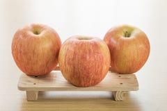 Apple στον ξύλινο δίσκο Στοκ φωτογραφία με δικαίωμα ελεύθερης χρήσης