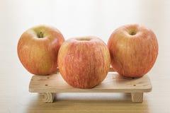 Apple στον ξύλινο δίσκο Στοκ Εικόνα