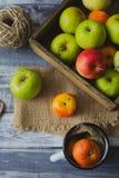 Apple στον ξύλινο πίνακα υπαίθρια Στοκ φωτογραφίες με δικαίωμα ελεύθερης χρήσης