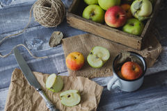 Apple στον ξύλινο πίνακα υπαίθρια Στοκ Φωτογραφίες