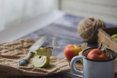 Apple στον ξύλινο πίνακα υπαίθρια Στοκ εικόνες με δικαίωμα ελεύθερης χρήσης