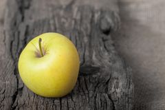 Apple στον ξύλινο πίνακα Στοκ Φωτογραφίες