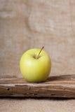 Apple στον ξύλινο πίνακα Στοκ Εικόνα