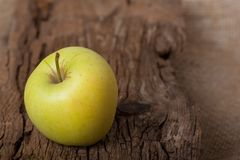 Apple στον ξύλινο πίνακα Στοκ εικόνα με δικαίωμα ελεύθερης χρήσης