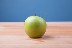 Apple στον ξύλινο πίνακα Στοκ εικόνες με δικαίωμα ελεύθερης χρήσης
