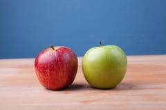 Apple στον ξύλινο πίνακα Στοκ Εικόνες