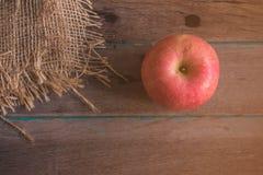 Apple στον ξύλινο Στοκ Εικόνα