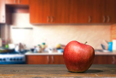 Apple στον πίνακα κουζινών Στοκ εικόνα με δικαίωμα ελεύθερης χρήσης