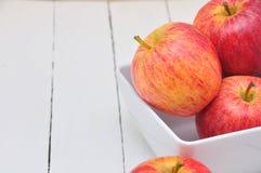 Apple στο άσπρο πιάτο Στοκ Εικόνες