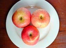 Apple στο άσπρο πιάτο Στοκ Εικόνα