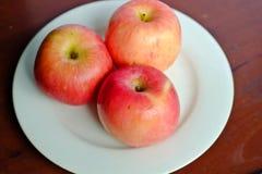 Apple στο άσπρο πιάτο Στοκ Φωτογραφίες