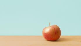 Apple στο απλό υπόβαθρο Στοκ εικόνα με δικαίωμα ελεύθερης χρήσης