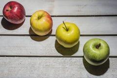 Apple στο εκλεκτής ποιότητας υπόβαθρο Στοκ Εικόνες